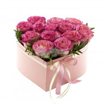 Сердце из розовых роз с декором
