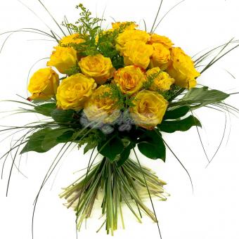 Букет из 17 желтых роз с зеленью